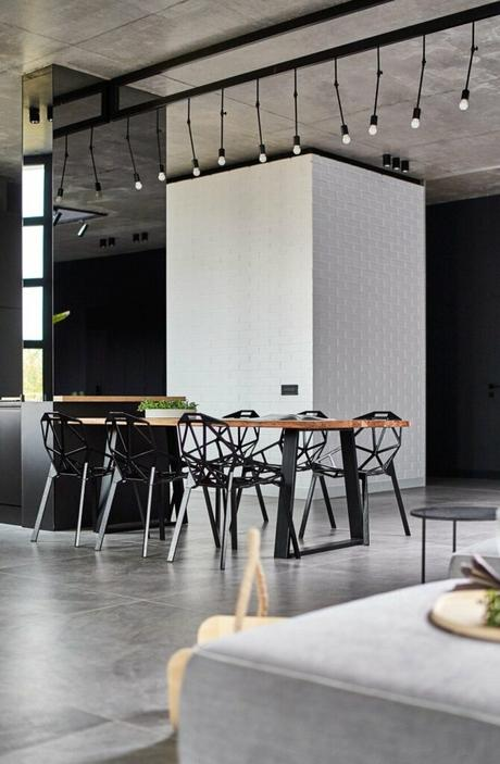 loft à Bucarest table repas continuité plan travail cuisine bois noire
