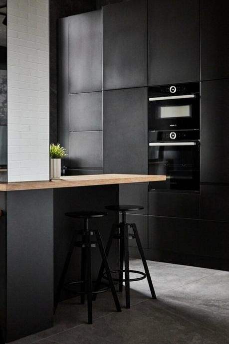 cuisine noire sol grès cérame béton ciré bar plan travail bois