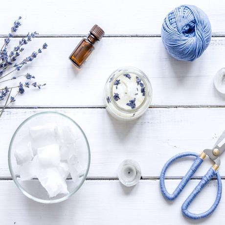 diy bougie fait maison homemade table bois blanc cire ciseaux fleurs séchées
