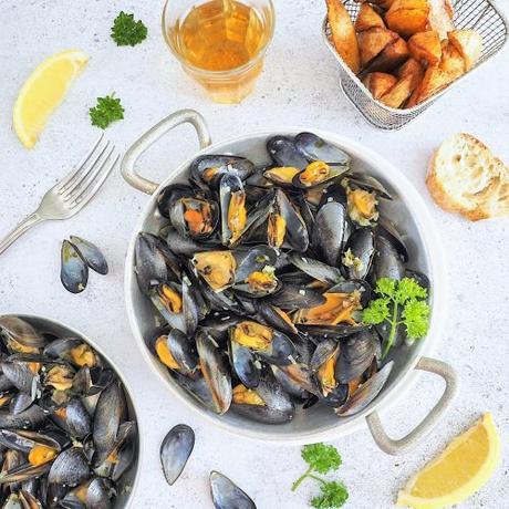 Moules marinières (vin blanc, échalotes, persil)