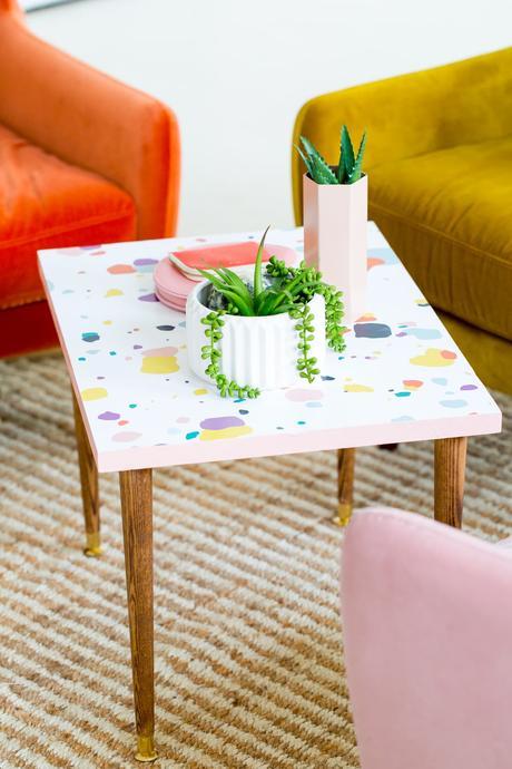 salon multicolore canapé tendance velours orange jaune rose pastel déco plante verte