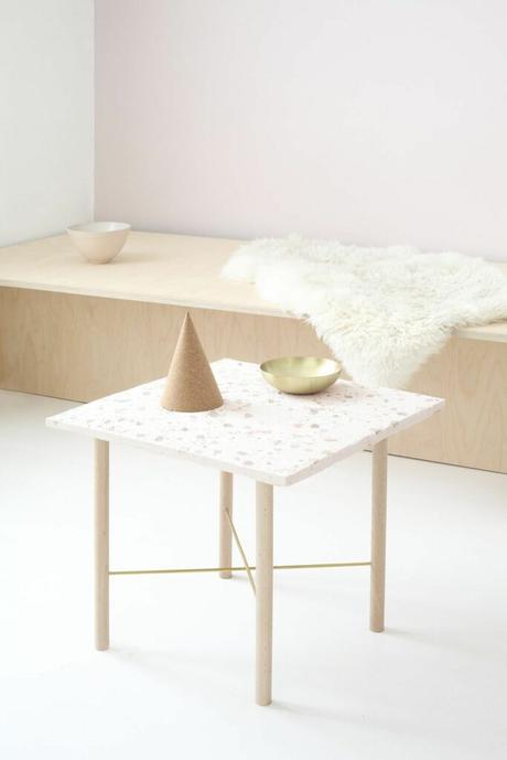 table carré pieds bois granito blanc rose pastel banquette bois tapis fourrure blanche