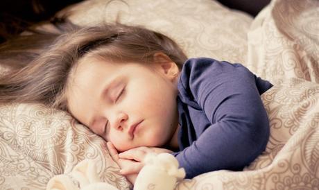 Comment faire pour que son enfant arrive à dormir dans le noir ?