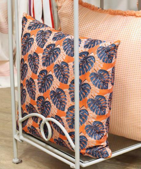 coussin brodé motif feuille monstera jungle frangé orange bleu électrique