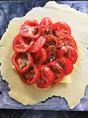 Tarte rustique à la tomate, moutarde & Comté