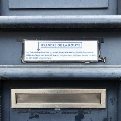 Boîte aux lettres condamnée avec l'inscription « Les demandes doivent être faites en ligne, sur Internet. »