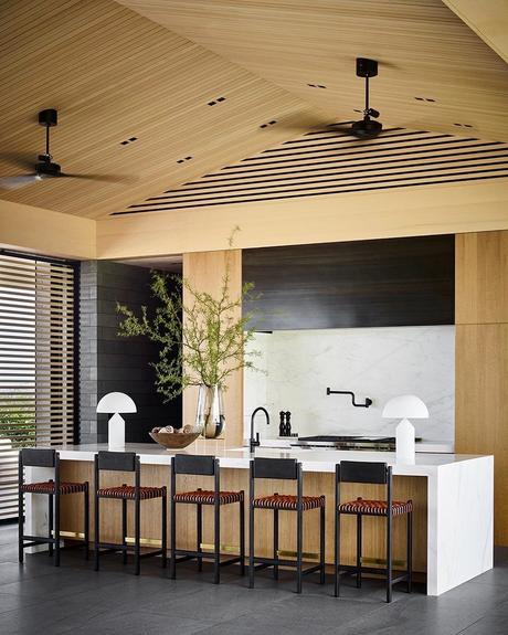cuisine marbre blanc ilot bar bois cèdre jaune villa