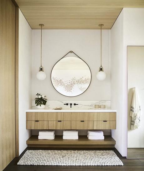 salle de bain bois jaune cèdre et marbre laiton