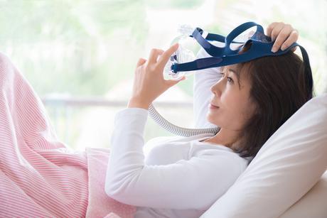 Le syndrome d'apnée obstructive du sommeil (SAOS) aggrave significativement la maladie et le risque cardiaques et le risque de décès associé, pourtant c'est une condition rarement traitée (Visuel Adobe Stock 123875110)