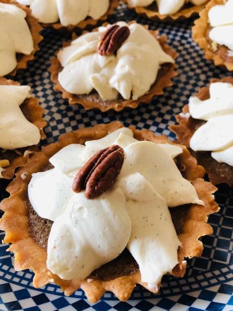 Tarte à la crème pralin noix de pécan, ganache montée vanille