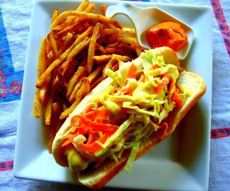 Hot-dog à la moutarde à l'ananas et à la salade de chou