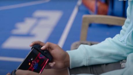 LeBron Junior joue à son propre jeu sur une console.  C'est impressionnant.  Comment est-il arrivé là-bas ?  A-t-il réussi à obtenir un kit de développement d'une manière ou d'une autre ?  Dis-nous tes secrets, Dom