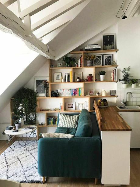 salon sous toit canapé vert tapis berbère