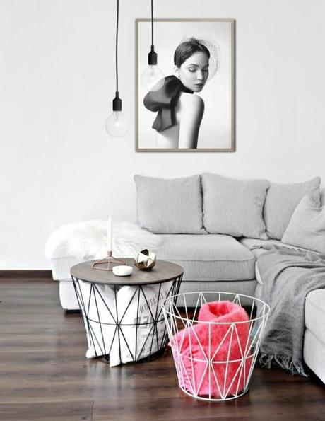 petit salon canapé d'angle coussin fourrure blanche suspension métallique noire