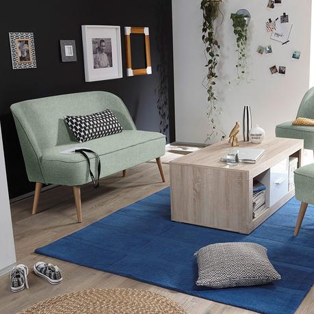 canapé convertible pieds bois style scandinave tapis bleu table basse bois