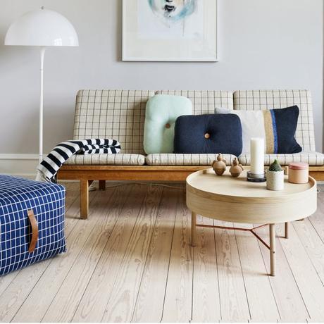canapé deux places à carreau blanc pouf bleu marine table basse ronde bois