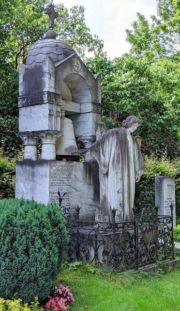 Ewige Ruhe — Westfriedhof München — 15 Bilder / 15 photos  — Repos éternel au Cimetière de l'ouest de Munich