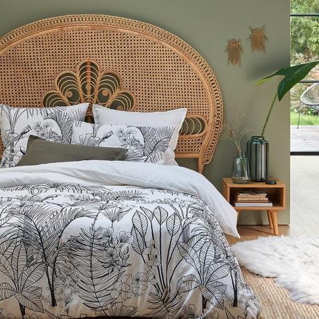 déco chambre nature chic tête de lit rotin mur vert céladon kaki