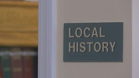 Il est situé dans la section d'histoire locale de la bibliothèque