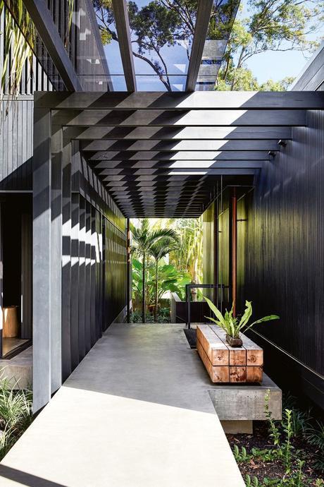 longère moderne noire entrée paroi verre architecture