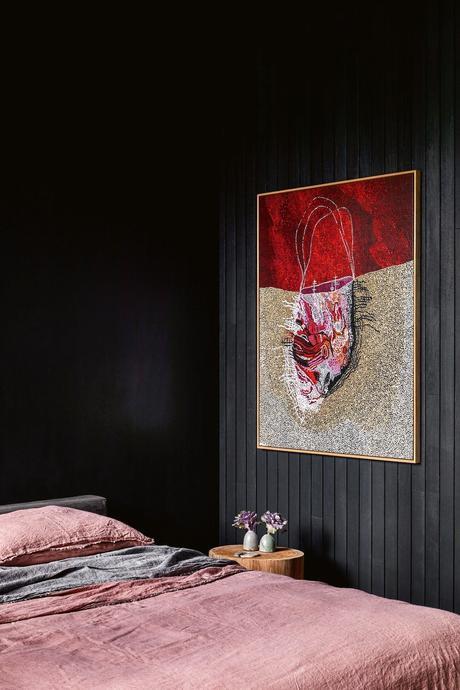 chambre déco noire mur foncé drap lin dépareillé gris rose