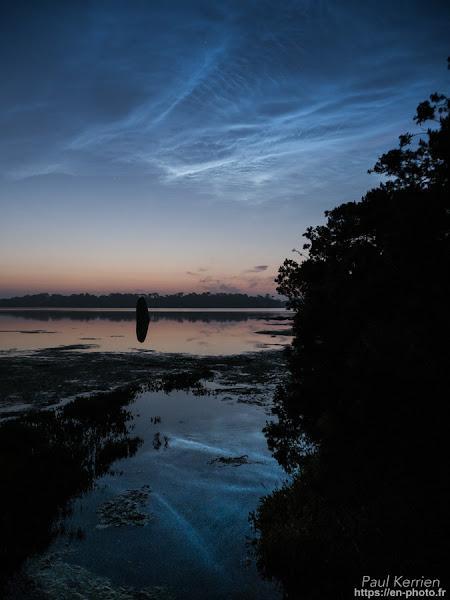 Magnifique nuage noctulescent  ou noctiluque  au-dessus du menhir  cerné par la  marée haute #2