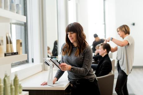Découvre Planity, la plateforme en ligne qui permet de prendre rendez-vous chez le coiffeur en quelques clics