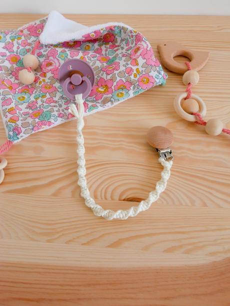 accroche-tétine bois corde tissage cadeau de naissance