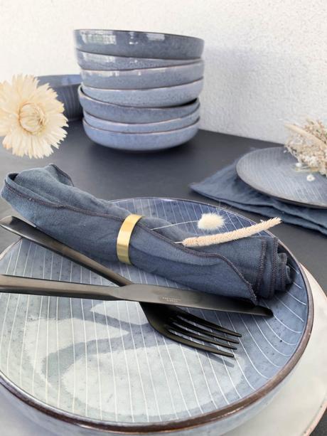 assiette vaisselle scandinave couvert noir rond serviette doré