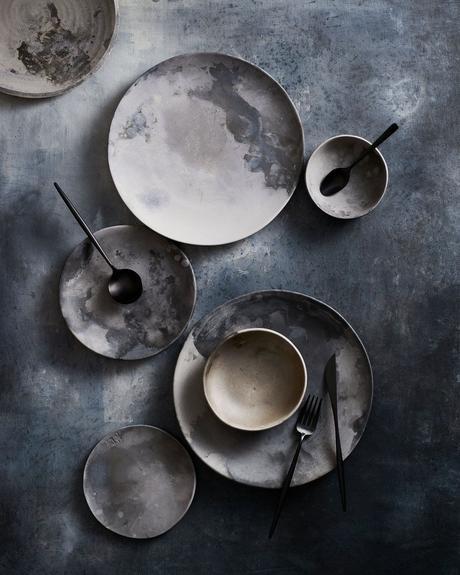 assiette ronde tache peinture grise noir blanche deco sombre
