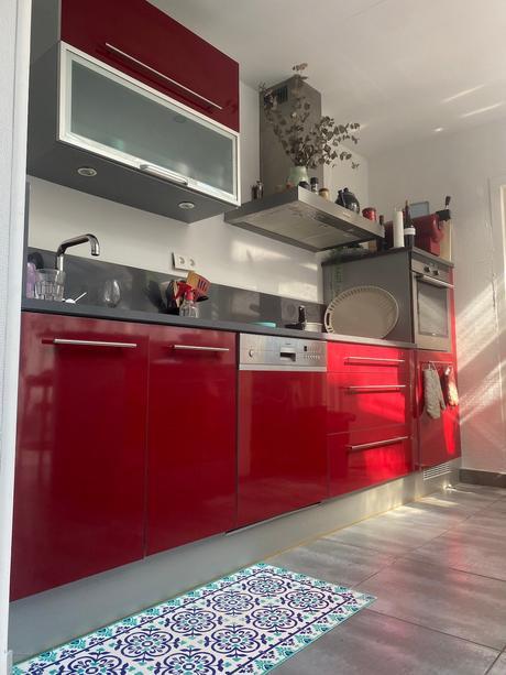 cuisine rouge plan de travail béton gris carrelage