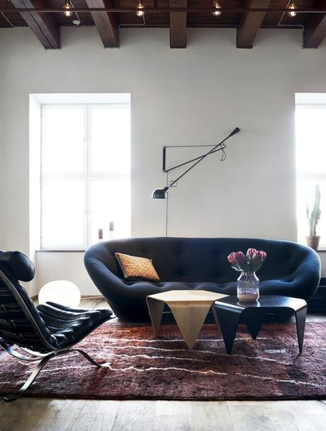 salon canapé bleu marine tapis marron effet animalier table basse laiton moderne
