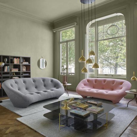 salon élégant doux raffiné canapé quatre places rose pastel gris suspension laiton