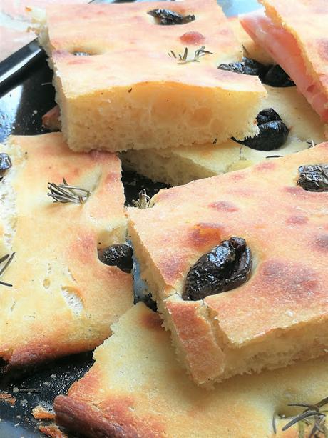 Focaccia aux olives noires & au romarin