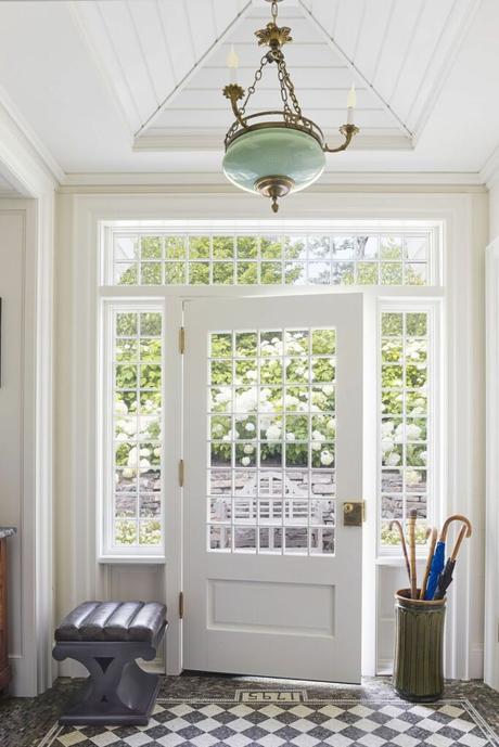 porte entrée vitrée blanche déco lumineuse carrelage losange noir et blanc maison de campagne anglaise