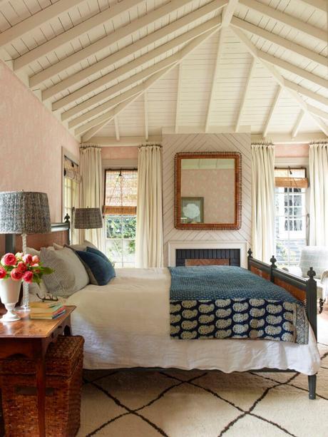chambre déco cottage anglais poutre bois apparents blanc lit cannage
