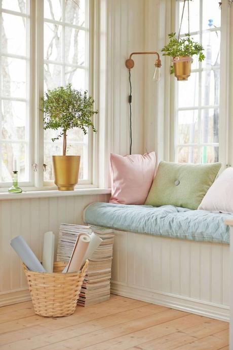 maison anglaise blanche banc fenetre coffre blanc coussin couleur pastel champetre
