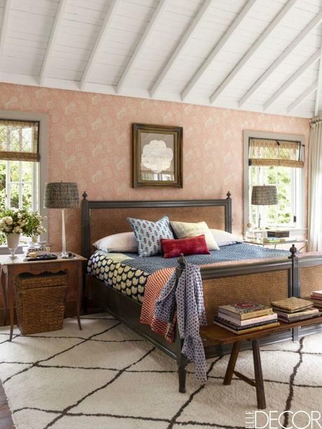 chambre papier peint vieux rose lit cannage marron tapis berbère noir et blanc