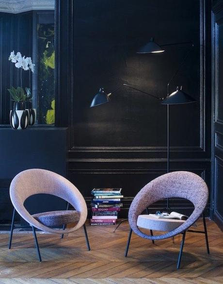 salon élégant mur bleu marine fauteuil rond mauve design parquet bois lamé