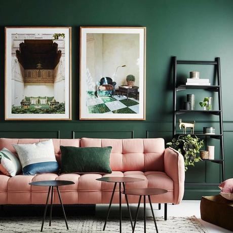 couleurs complémentaires contraste rose poudre mur vert sapin table ronde métallique noir