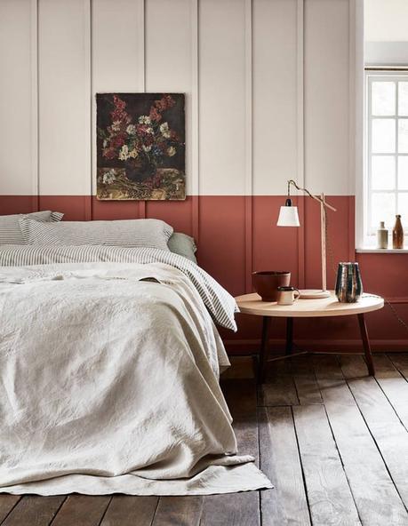 chambre lit double mur bicolor rouge blanc parquet rustique bois foncé