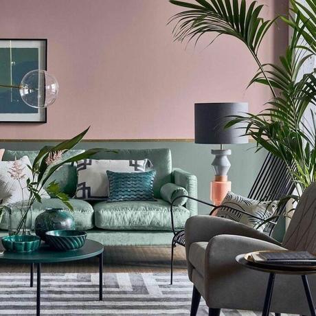 salon rose poudré canapé velours vert menthe deco poétique doux tapis géométrique blanc et gris