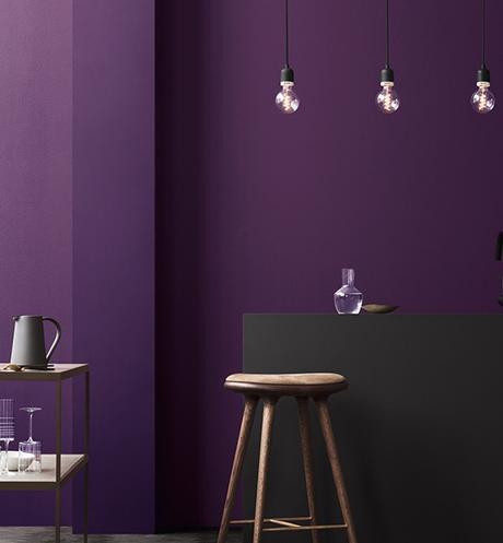 bar noir mur violet tabouret haut bois suspension métallique