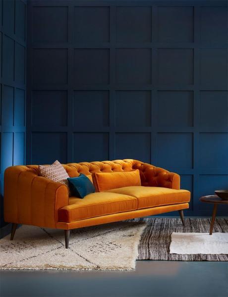 canapé orange mur bleu tapis fourrure blanc noir déco salon élégant