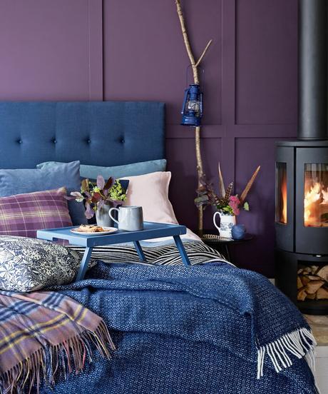 chambre cosy coussins plaids bleu mur violet déco intérieure hivernale