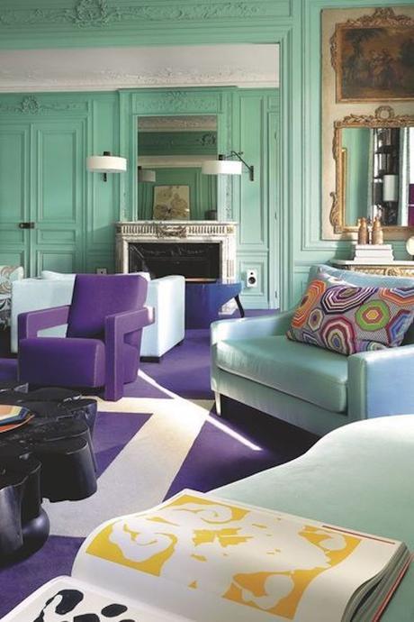 salon rétro original couleurs complémentaires vert menthe violet foncé murs moulures
