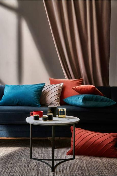 salon sobre élégant taupe beige coussin velours orange bleu