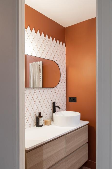 salle de bain mur orange carrelage blanc mobilier bois gris