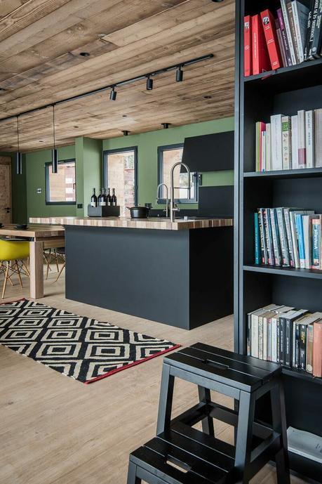 cuisine ouverte industrielle sol plafond boise mur kaki