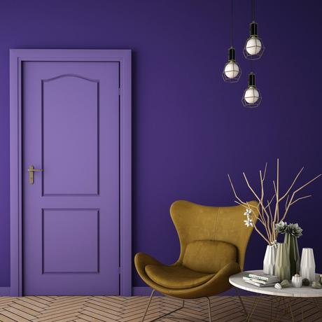 salon violet chaise fauteuil jaune moutarde parquet bois lame